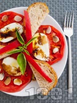 Салата с домати, чесън и моцарела - снимка на рецептата